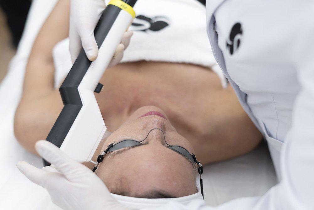 Ellipse Flex para el tratamiento de las manchas en la piel en el Centro de medicina estética Carmen Sarmiento.